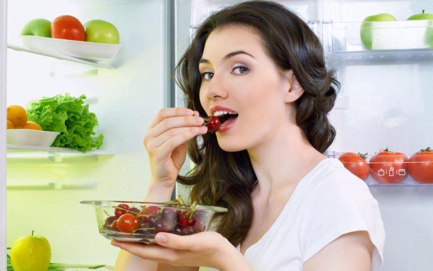 Không nên ăn đồ ăn quá cứng sẽ khiến răng sứ kém bền chắc.