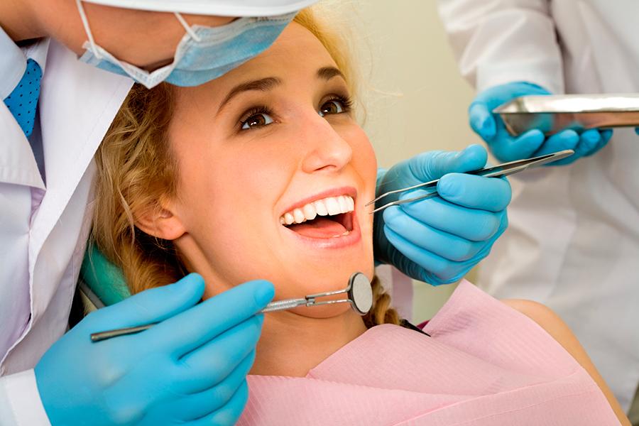 Kiểm tra sức khỏe răng miệng định kỳ tại nha khoa uy tín.
